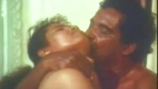 एक फूहड़ और धूम्रपान करने वाले हिंदी सेक्सी मूवी वीडियो लंड का एक पूरा गुच्छा