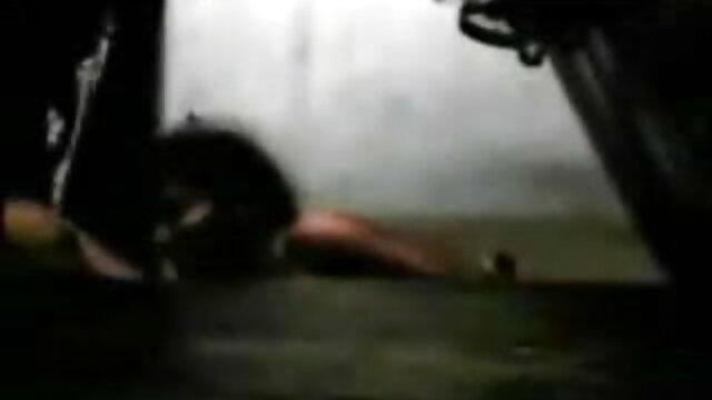 पोर्न एजेंट shoves एक गधा में सेक्सी सेक्सी मूवी वीडियो MILF ऊपर तेल