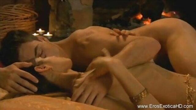 नेग्रिटोस एक मोटी नली के साथ सोफे पर इंग्लिश फिल्म मूवी सेक्सी गोरी चिकी को पीटता है