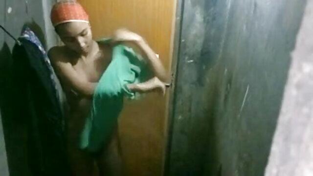 18 साल की श्यामला खुद को एक अनुभवी स्टड सेक्स की मूवी हिंदी में में देती है