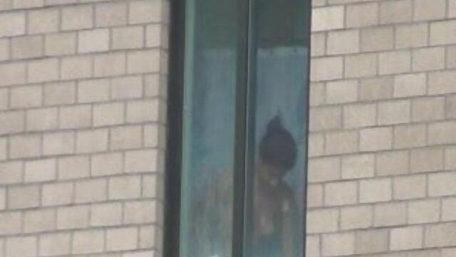 कोमल क्यूनिलिंगस के एक्स एक्स एक्स सेक्स मूवीस बाद खुद को खिड़की पर चढ़ा दिया