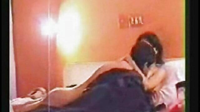 गर्लफ्रेंड सेक्सी फिल्म मूवी वाइब्रेटर्स के साथ खेलती है