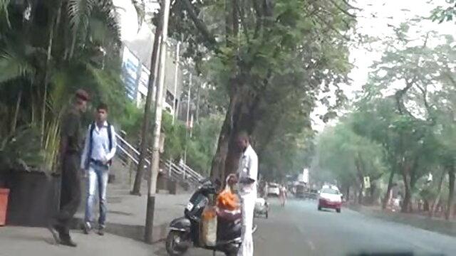 स्कीनी वेश्या अपने प्रेमी के सामने एक और हिंदी मूवी फिल्म सेक्सी बकवास करती है