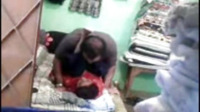 श्यामला एक पारदर्शी डिल्डो हिंदी फिल्म मूवी सेक्सी को क्रोकेट में सम्मिलित करती है