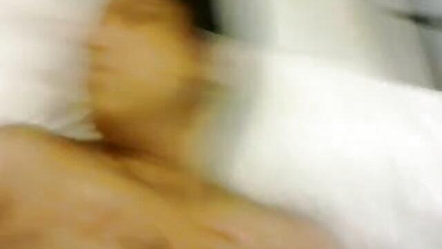 सुडौल मॉडल को सेक्सी फिल्म हिंदी वीडियो मूवी सोफे पर रगड़ते हुए