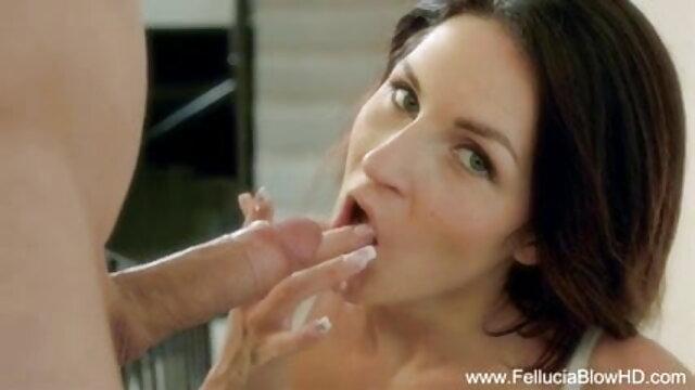 ऑटो मैकेनिक हॉल में एक युवा सेक्सी मूवी इंग्लिश में ग्राहक को चोदता है