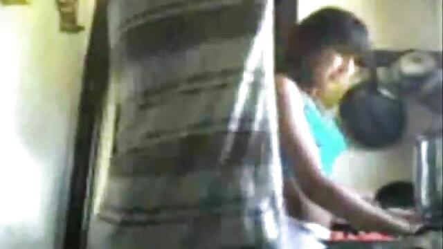 रस में चिकी हिंदी मूवी का सेक्सी वीडियो एक युवा स्टड को एक बिल्ली देता है