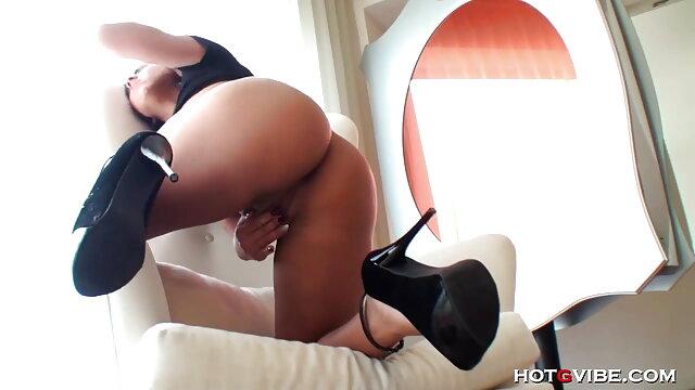 मस्कुलर पति पत्नी की सेक्सी मूवी माचो लड़कियों को अपने गधे को चोदकर संभोग करने के लिए लाता है